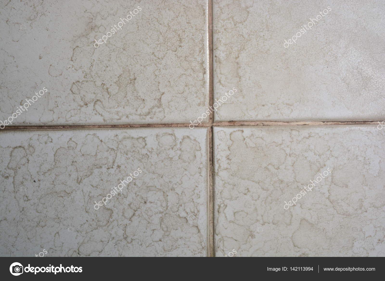 Bruine Vlekken Badkamer : Close up van de badkamer vloer tegel structuur met water vlek plek