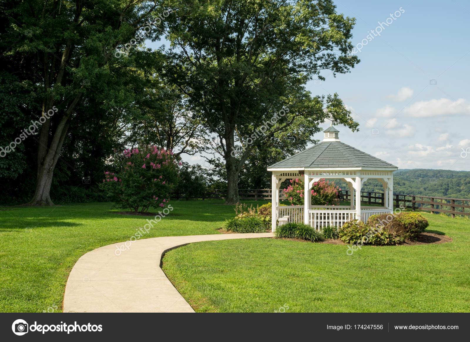 Kiosque Pavillon Dans Un Parc De Jardin Photographie Clinweaver
