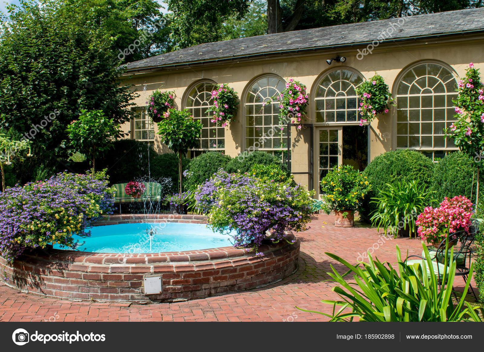Voorkeur Kleine fontein en tuin schuur — Stockfoto © clinweaver@gmail.com @EE78