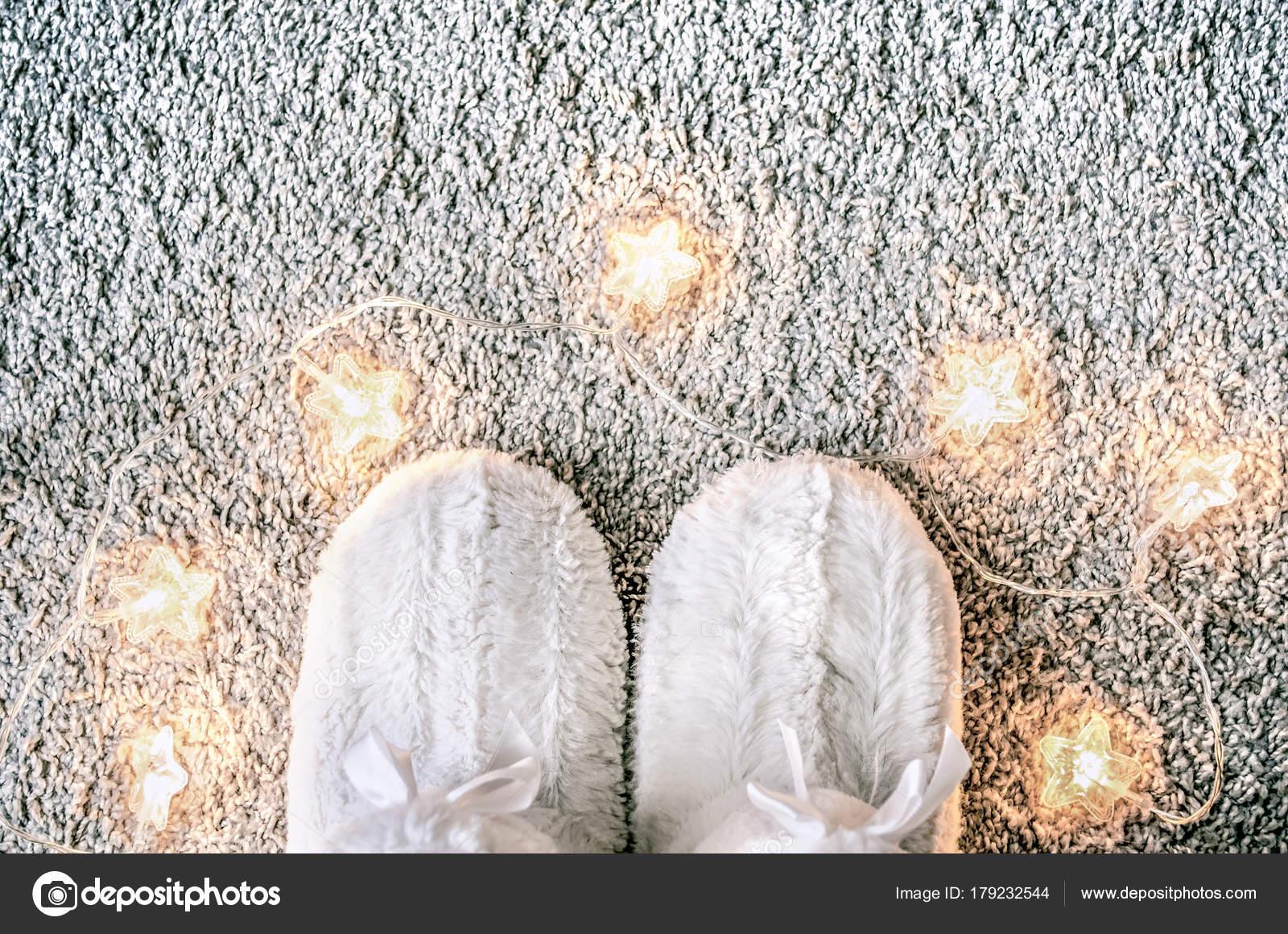 gemutlichkeit zu hause weicher teppich, gemütliche weihnachten zusammensetzung mit pantoffeln auf dem, Design ideen