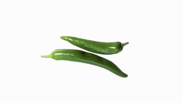 Zelené chilli papričky, capsicum annuum, bílé pozadí, reálném čase 4k, Moving image