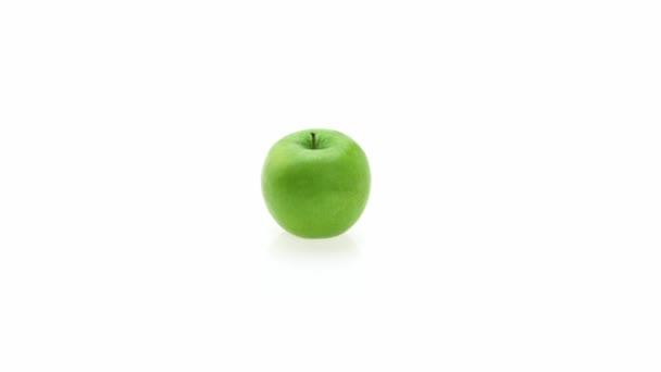 Granny Smith almával, malus domestica, gyümölcsök, fehér háttér, valós idejű 4k, mozgó kép