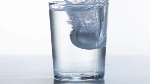 Tablety pádu a rozpustit ve sklenici vody