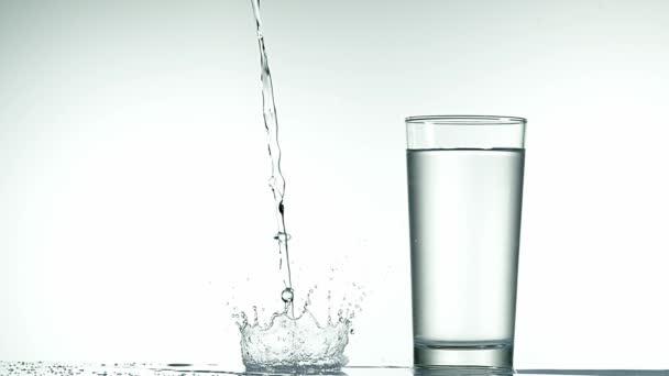 Wasser wird in Glasnähe gegossen