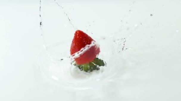 jahody spadající ve vodě
