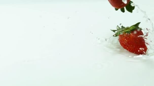 fraises tombant dans leau
