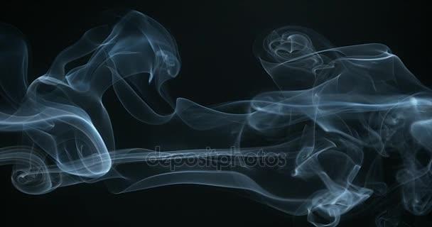 Kouř z cigarety stoupá