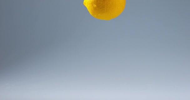 Žlutá citron na vodě