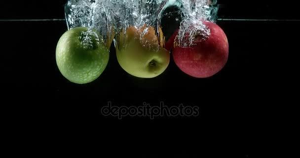 Jablka, malus domestica, plody vstupu vody proti černé pozadí, Slow Motion 4k