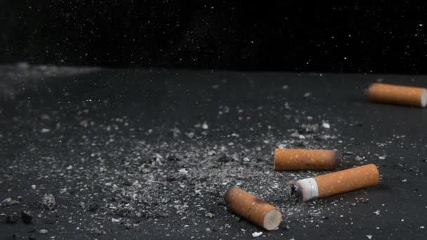 cigarety na černém pozadí