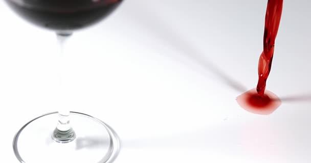 Červené víno nalévané poblíž sklenice