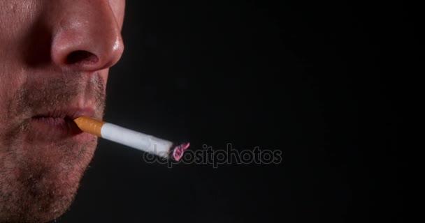 Ember a dohányzás a cigaretta, fekete háttér, lassú mozgás, 4k