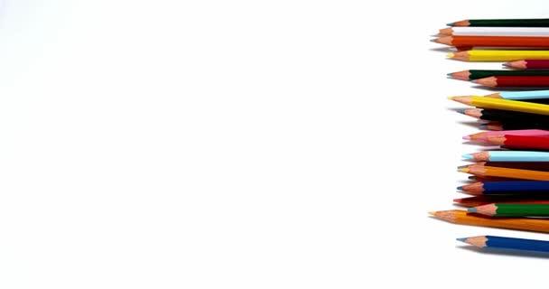 Lápices de colores sobre fondo blanco, lento Motioin 4k — Vídeos de ...