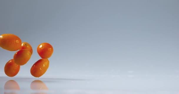 Kumquaty dopadající na vodě
