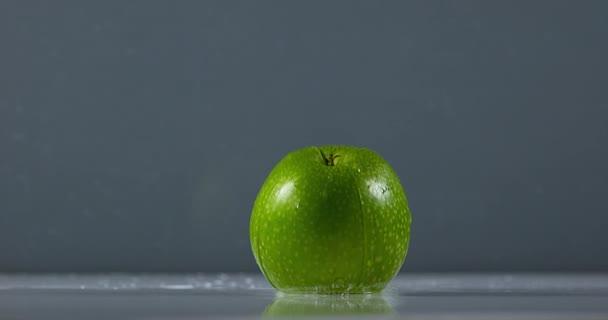 Granny Smith jablko padá na vodě