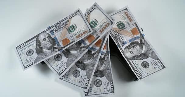 Pisztoly és 100 USA dollár-bankjegyek