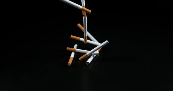 Cigaretta eső ellen fekete háttér, lassú mozgás, 4k