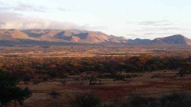 Savannah krajina v parku Tsavo, hora a les, Keňa, zpomalení