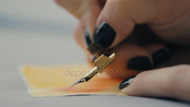lány felhívja a festék és toll