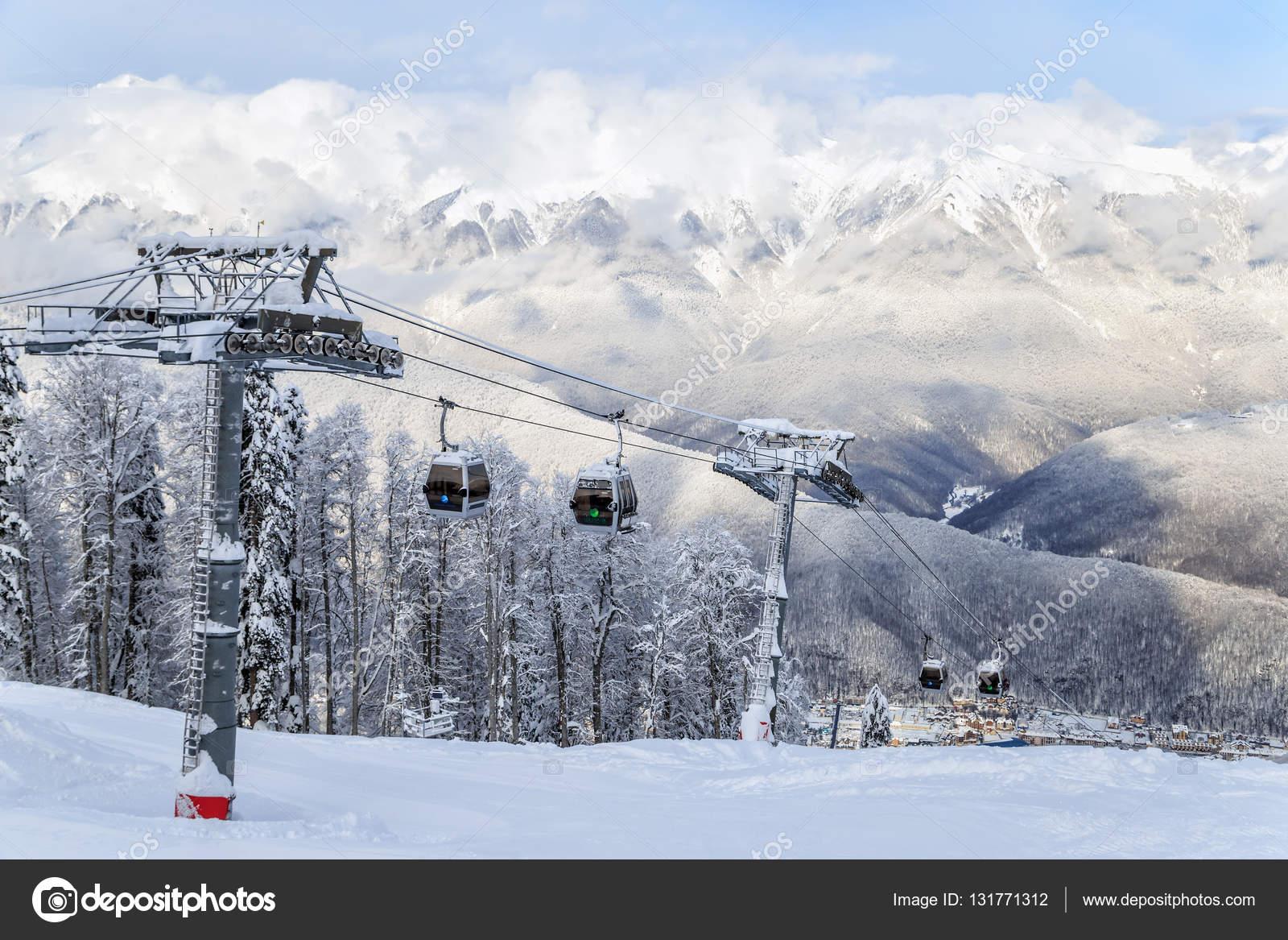 Cabine di risalita funivia sulla montagna nevosa sfondo for Cabine vicino montagna di sangue