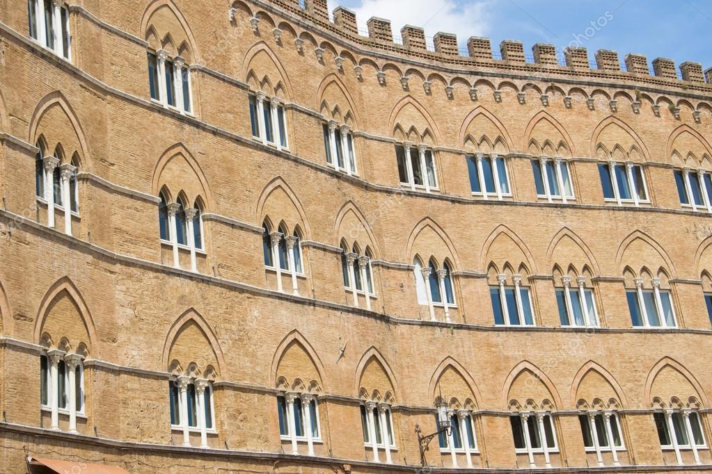Facciata Di Un Edificio Storico Con Le Sue Finestre Sulla Piazza Di