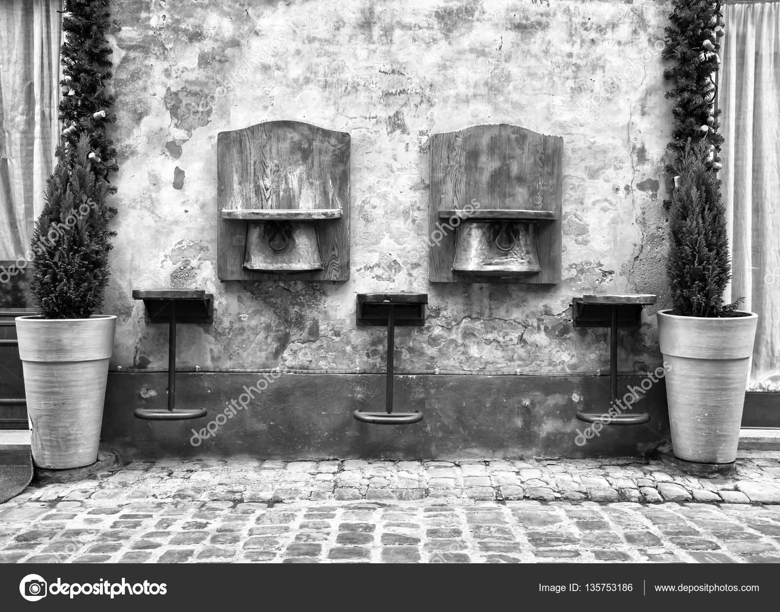 Sgabelli in legno vintage fuori bar italiano u2014 foto stock © fernando