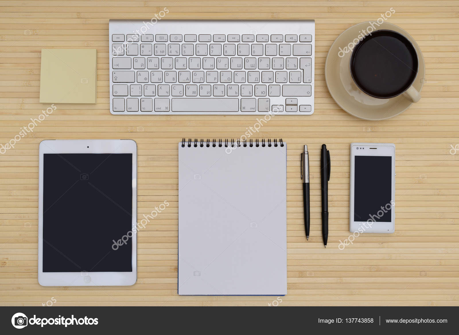 Scrivania In Legno Chiaro : Scrivania con tastiera mouse e penna su un tavolo in legno chiaro