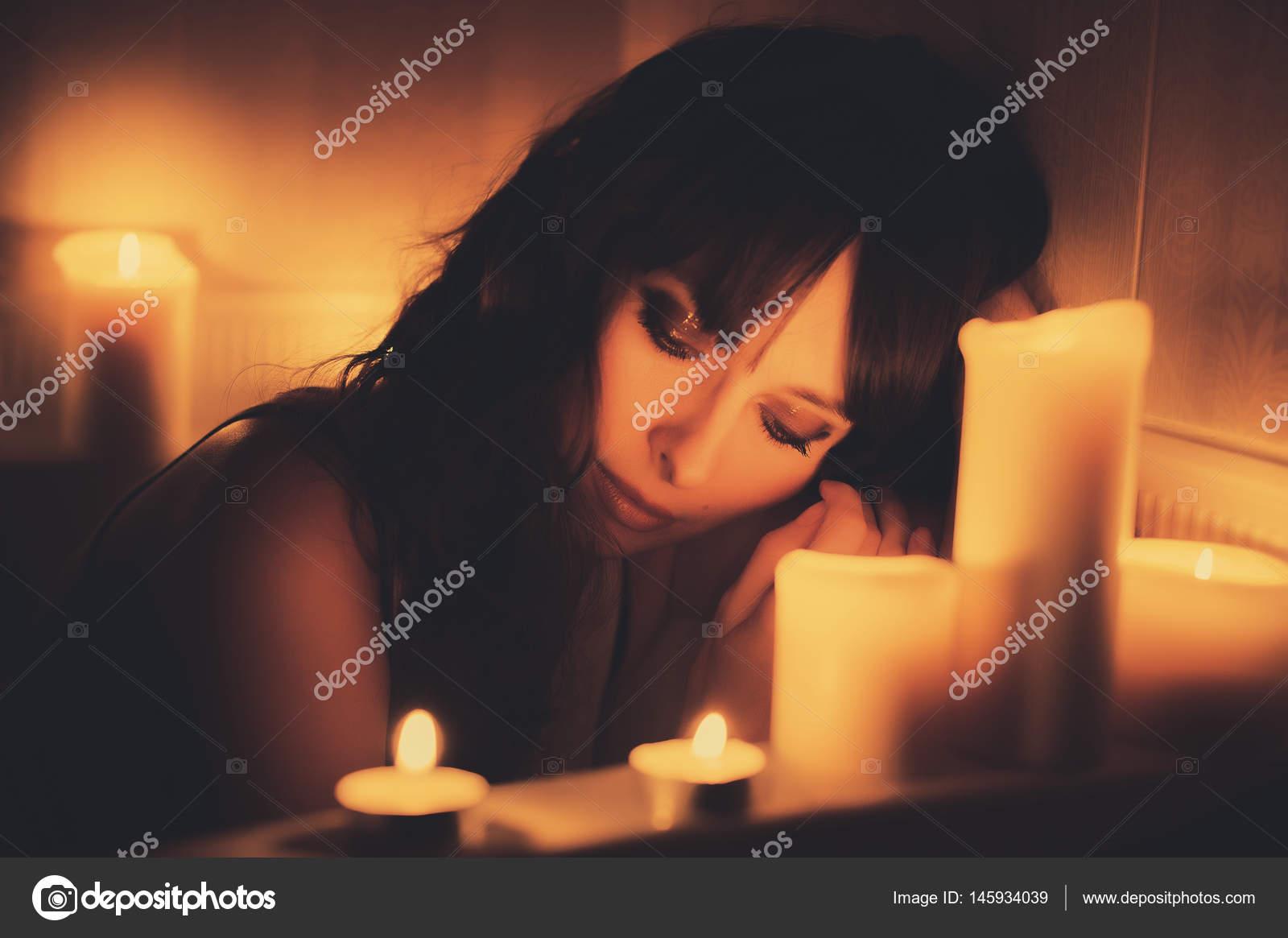 Vasca Da Bagno Romantica Con Candele : Donna nella vasca da bagno con le candele u2014 foto stock © lanarus