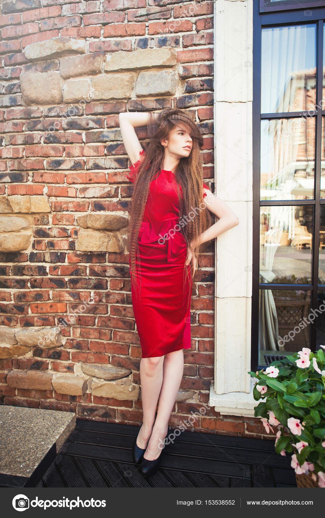 Das Mädchen im roten Kleid — Stockfoto © lanarus-foto #153538552