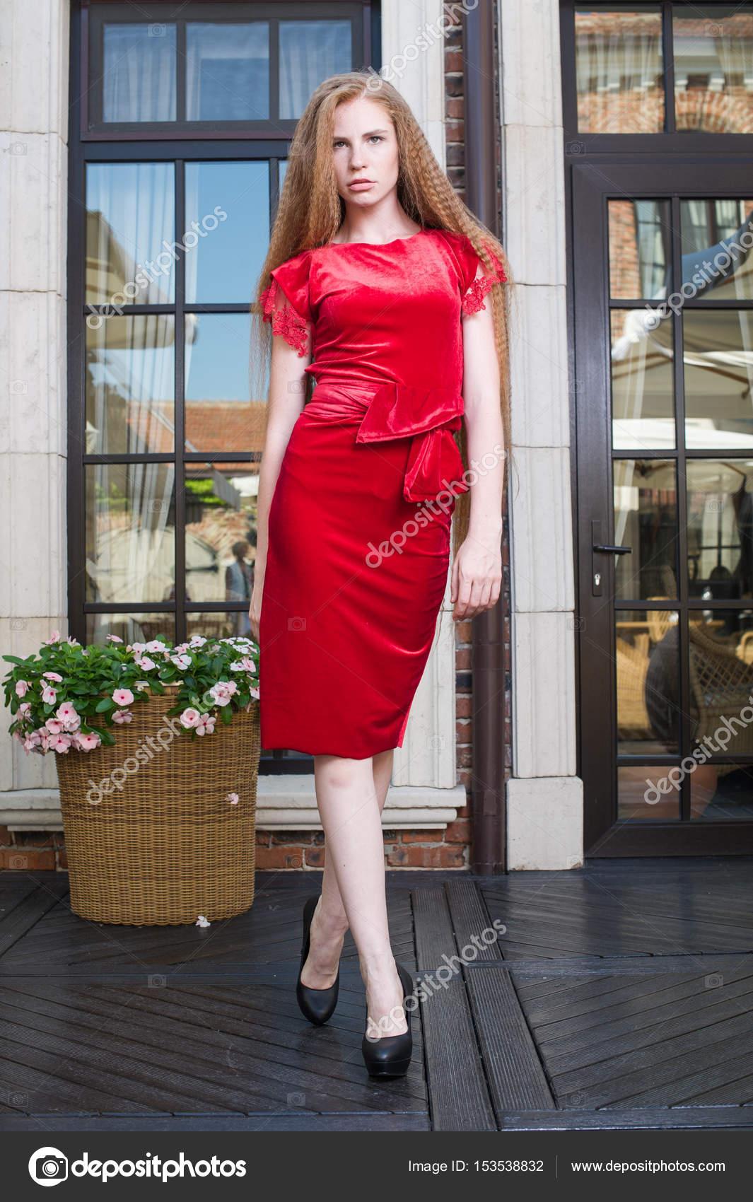 Das Mädchen im roten Kleid — Stockfoto © lanarus-foto #153538832