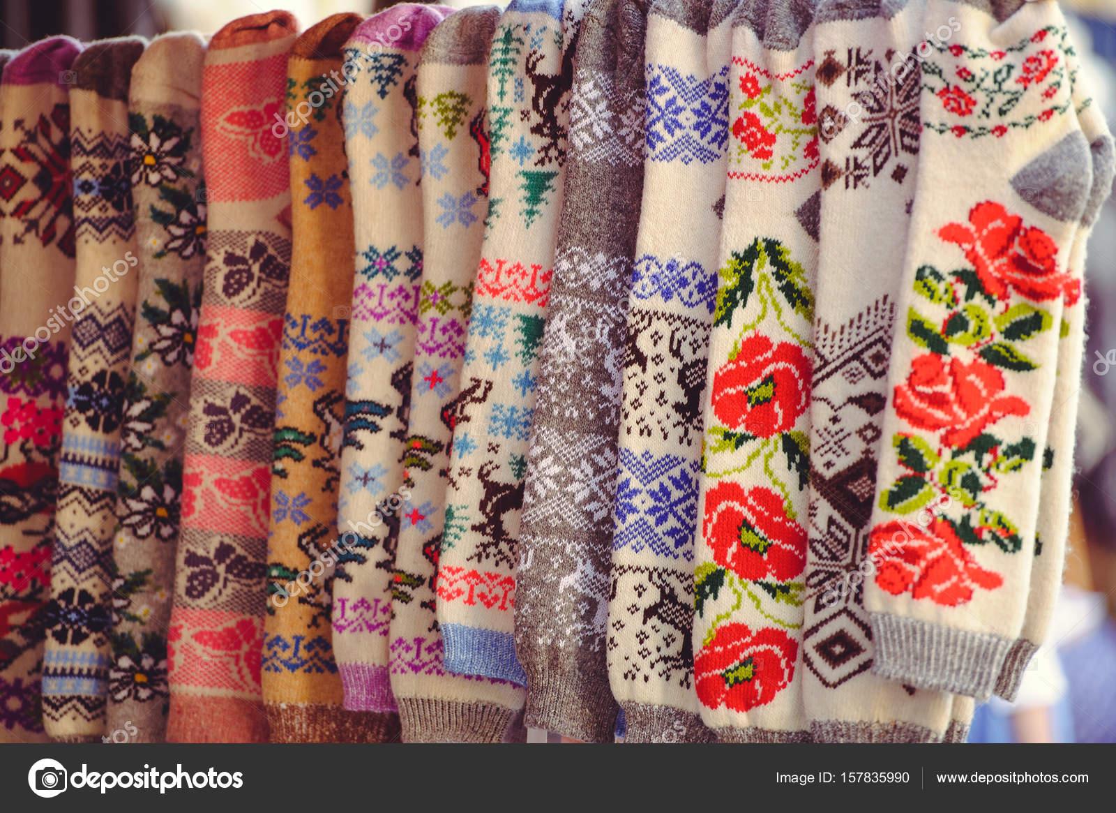 Lana de calcetines con patrón étnico de punto — Foto de stock ...