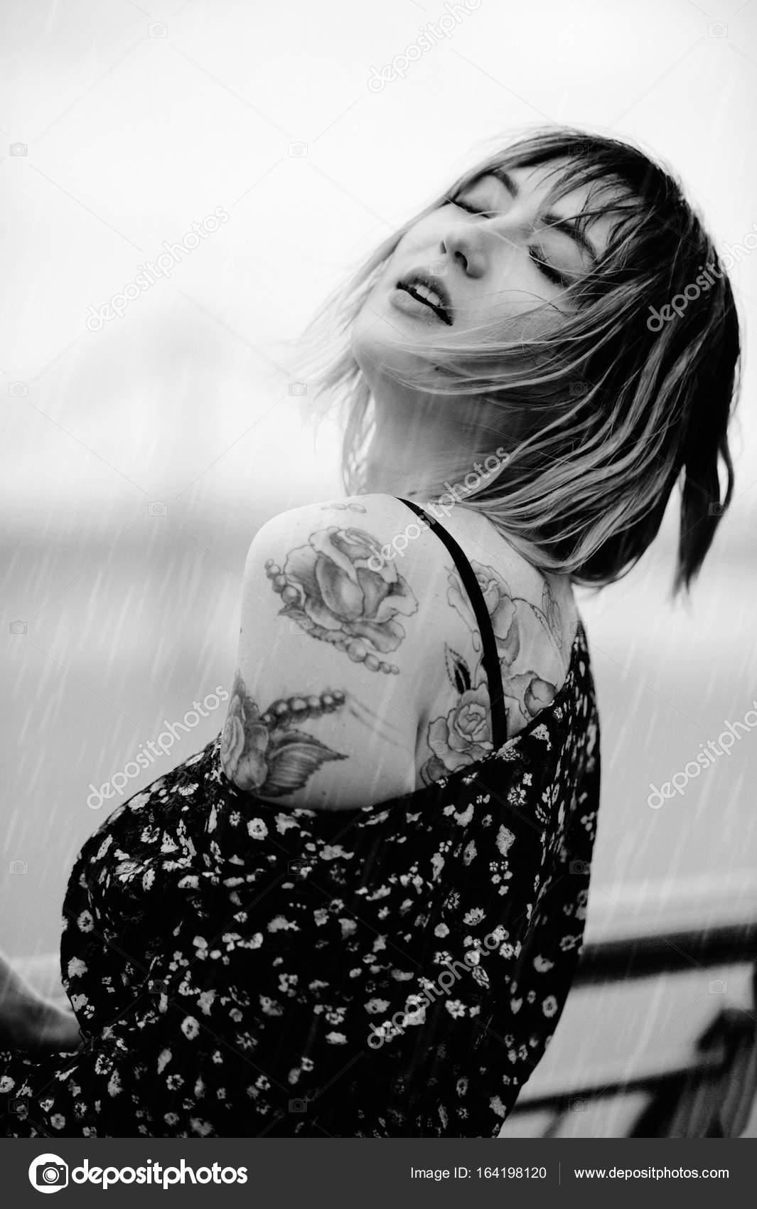 Piekna Mloda Kobieta W Deszczu Z Tatuaz Na Jej Rece Zmyslowy I