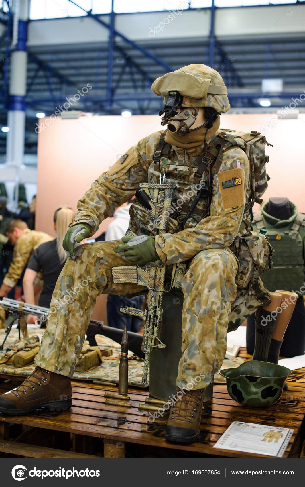 78a5ae87969c Modern taktikai katonai felszerelések and fegyverek bizonyította a  kiállítás
