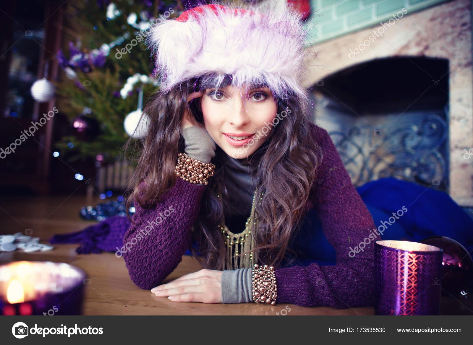 Schönheit Glamour Frau feiert Weihnachten trägt ein Kleid, festliche ...