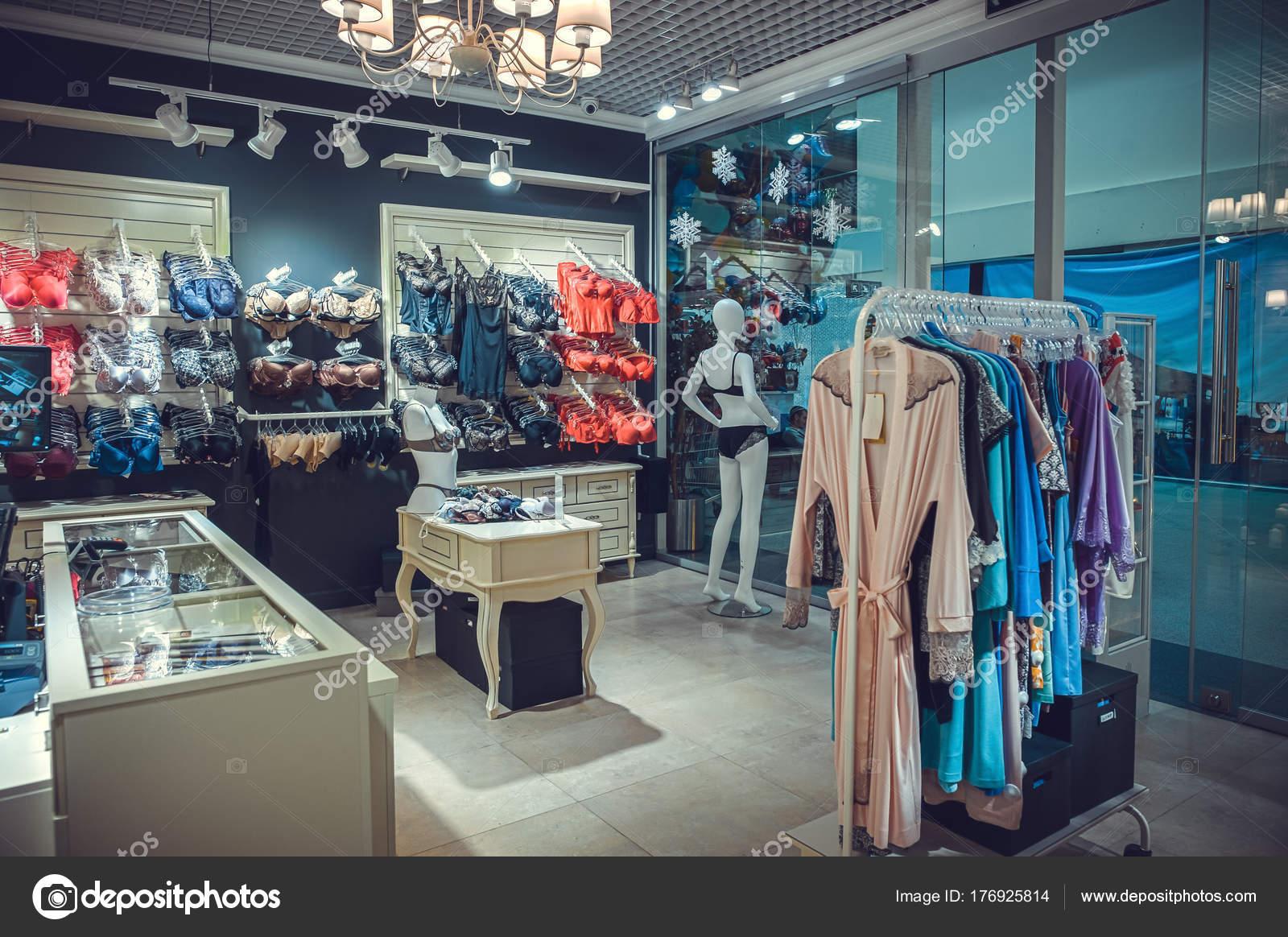 40fae23aa7 Interior de una tienda de ropa interior moderna colorida. Maniquí en bragas  y sujetadores y