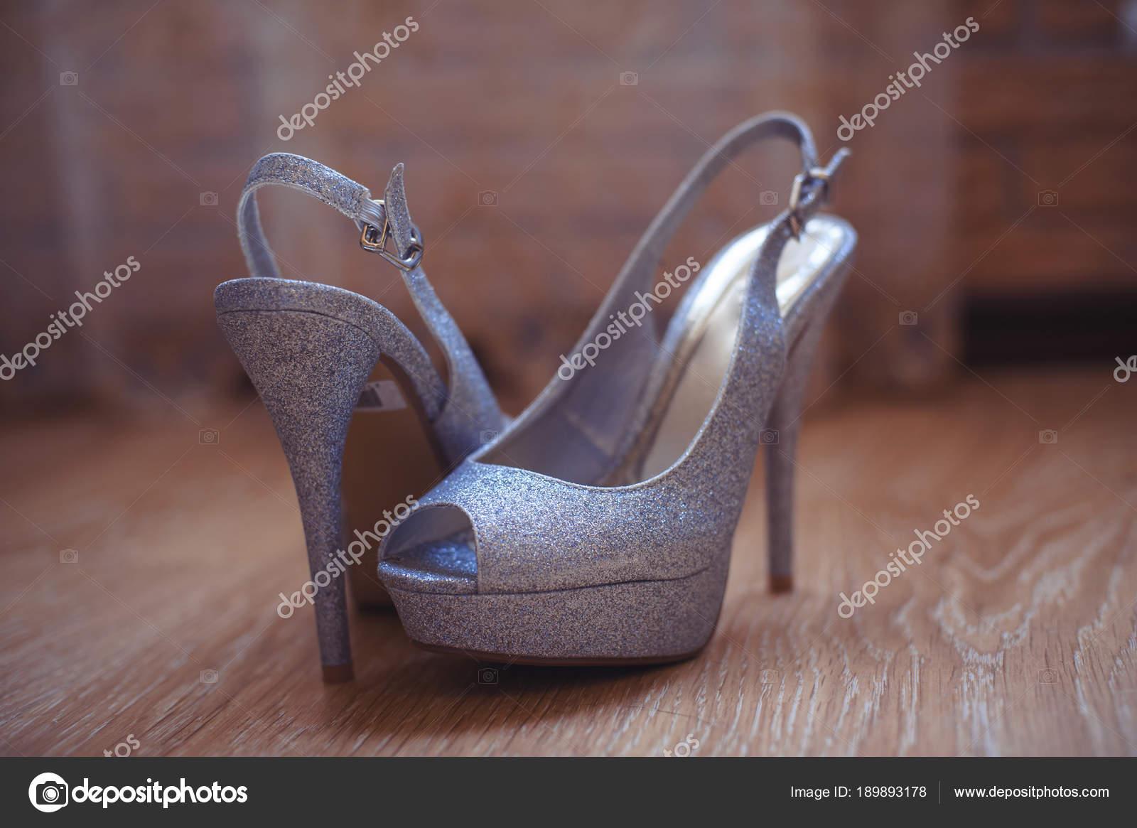 e4377ebf8f1 Γυναικεία παπούτσια ξαπλωμένο στο πάτωμα σε μια ημι-σκούρο φόντο– εικόνα  αρχείου