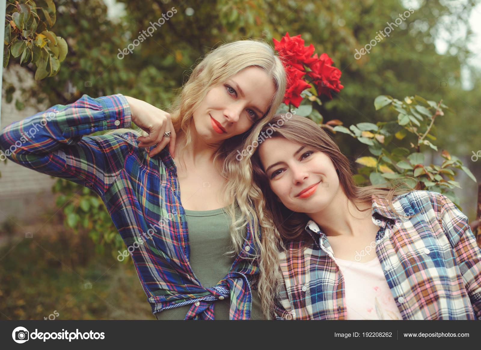 Две лесби в джинсах фото