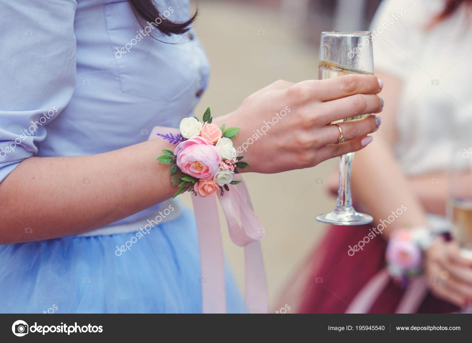 demoiselles honneur avec bouquet mariée fleurs lors une cérémonie