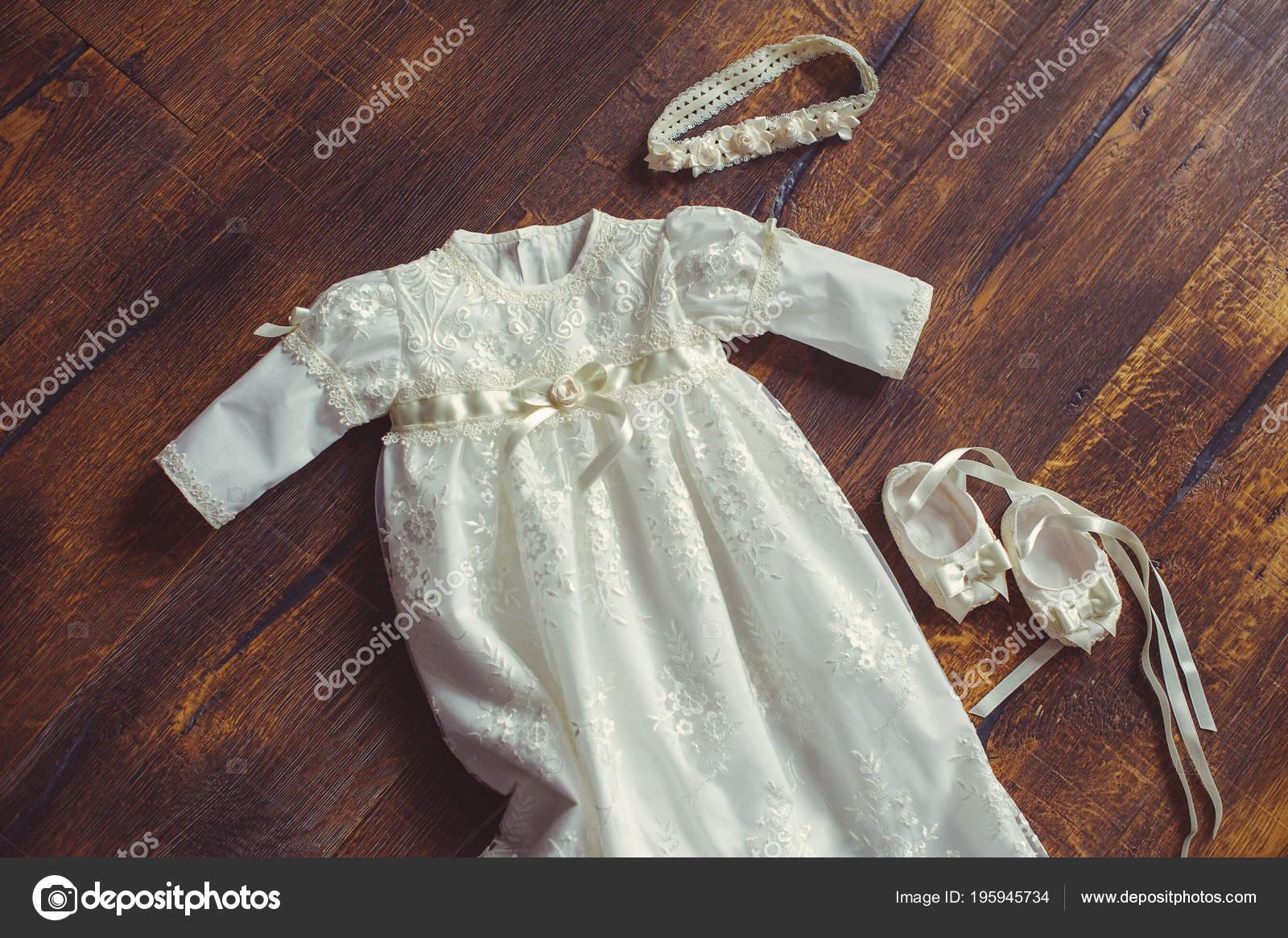 Taufe Baby Kleid Und Schuhe Nahaufnahme Eines Niedlichen