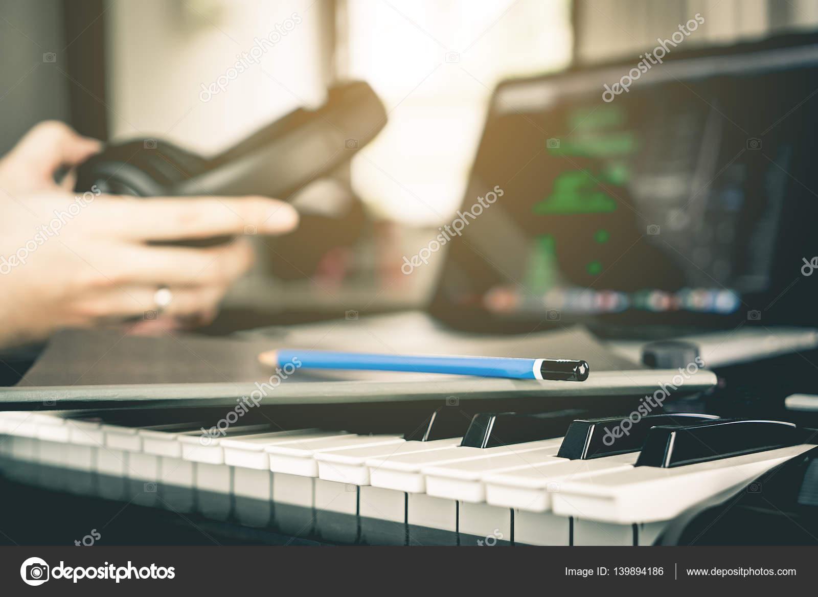 Musiker auf seinen neuen Song im Studio schreiben vorbereiten ...