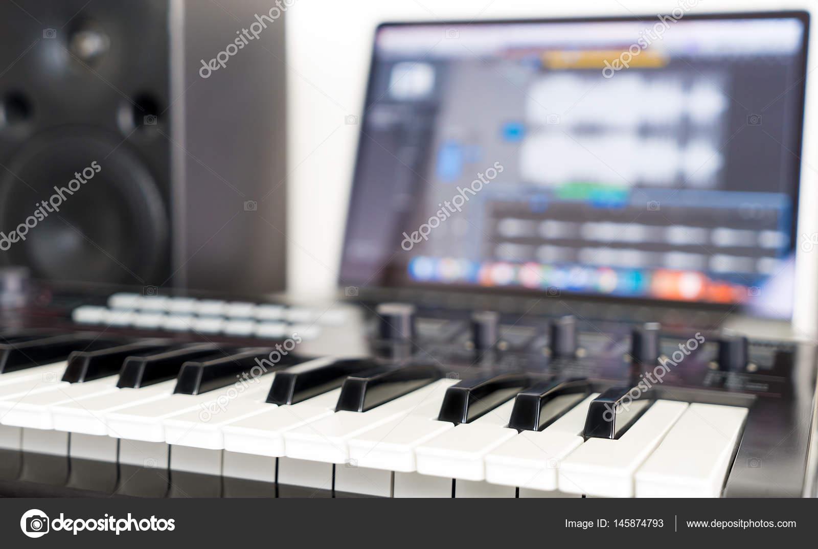 Clavier synthétiseur se trouvant sur le bureau de travail pour le
