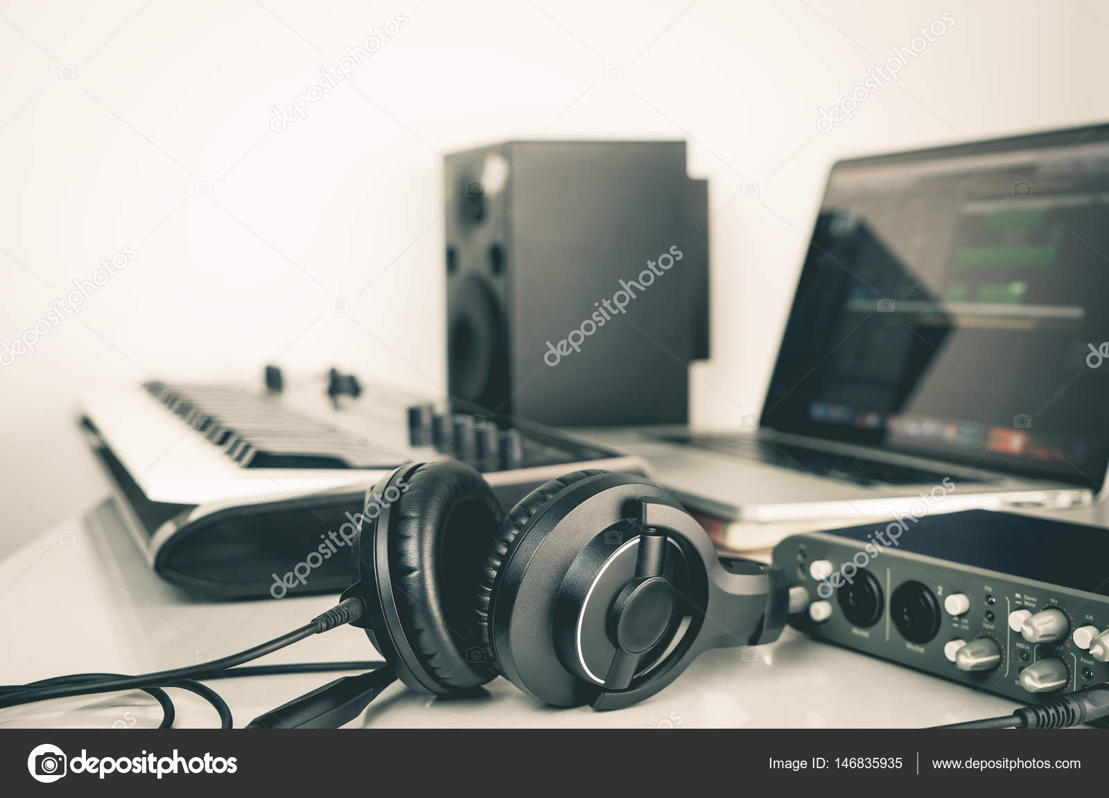 Écouteurs pour la musique se trouvant sur le bureau de travail