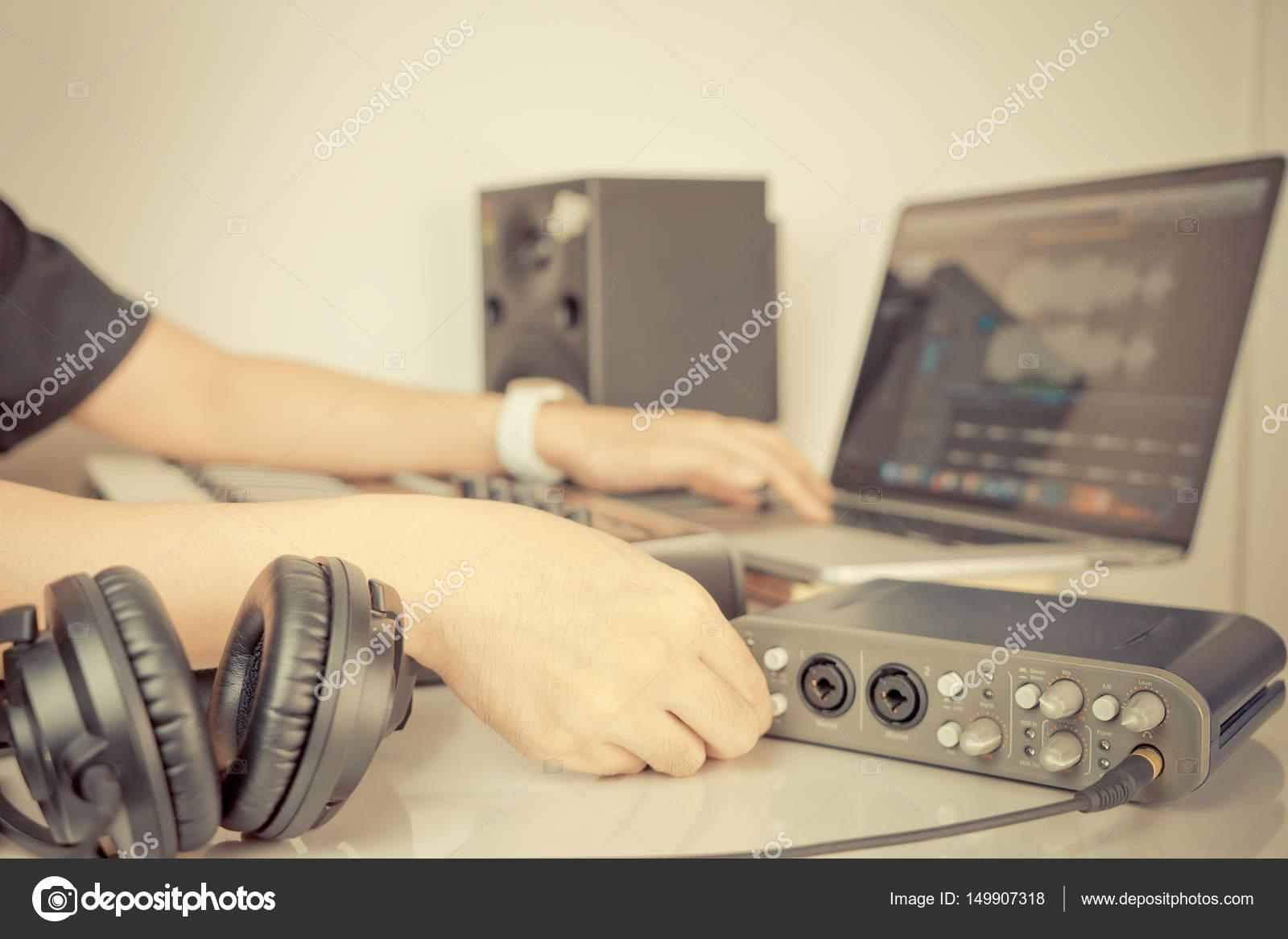 Musicien travaille sur ordinateur de bureau studio maison musique