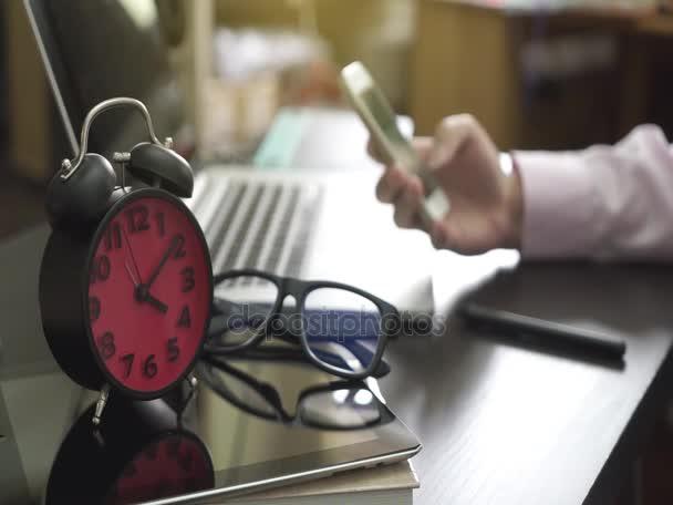 Homme daffaires de bureau utilise son téléphone pour communiquer