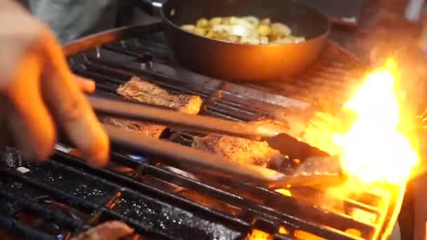 Grilování hovězí Steak na hořící Bbq griller