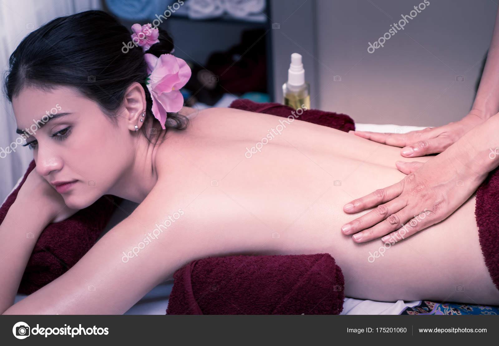 naked-women-oil-massages