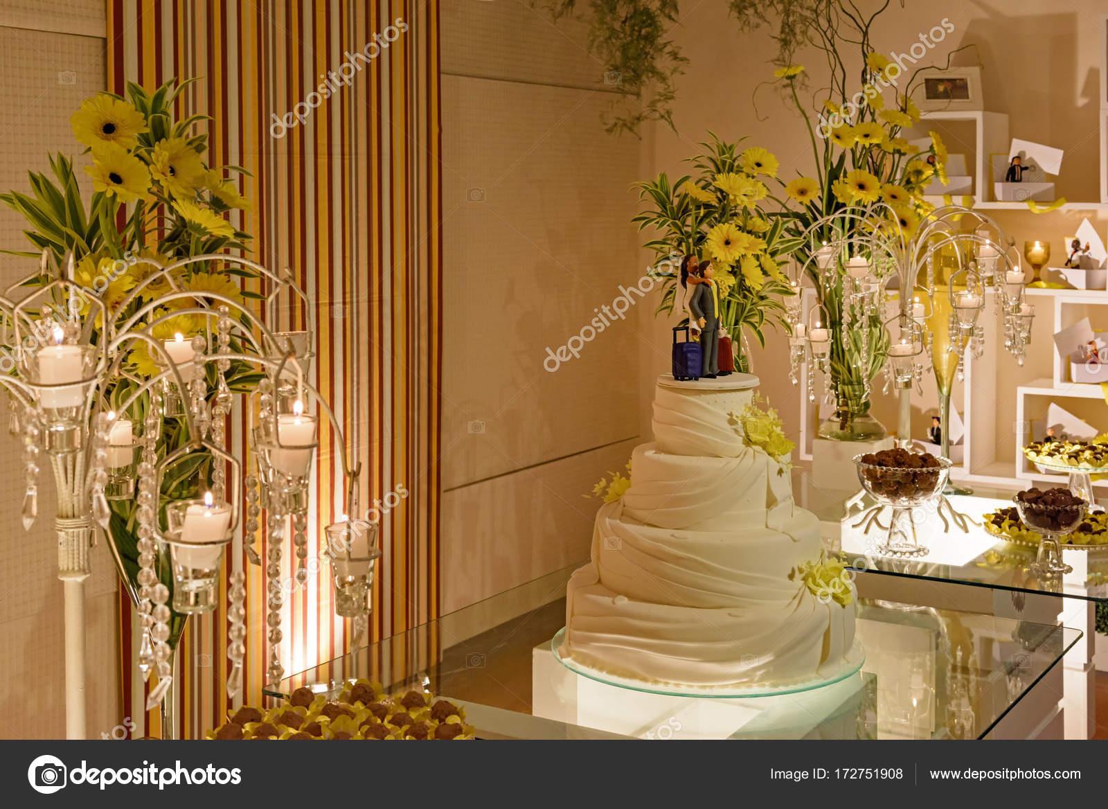 Table De Mariage Décorée De Bougies Et De Fleurs Et De
