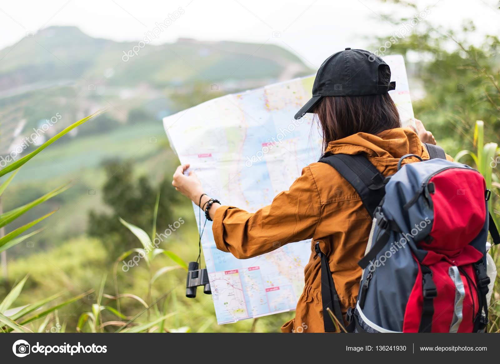 Wanderer frau suchen ferngläser auf dem berg hintergrund blauer
