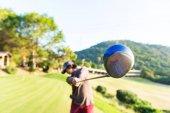 Fotografie Mann-Golfspieler im Abschwung nach hit Golfball vom Abschlag, fairway