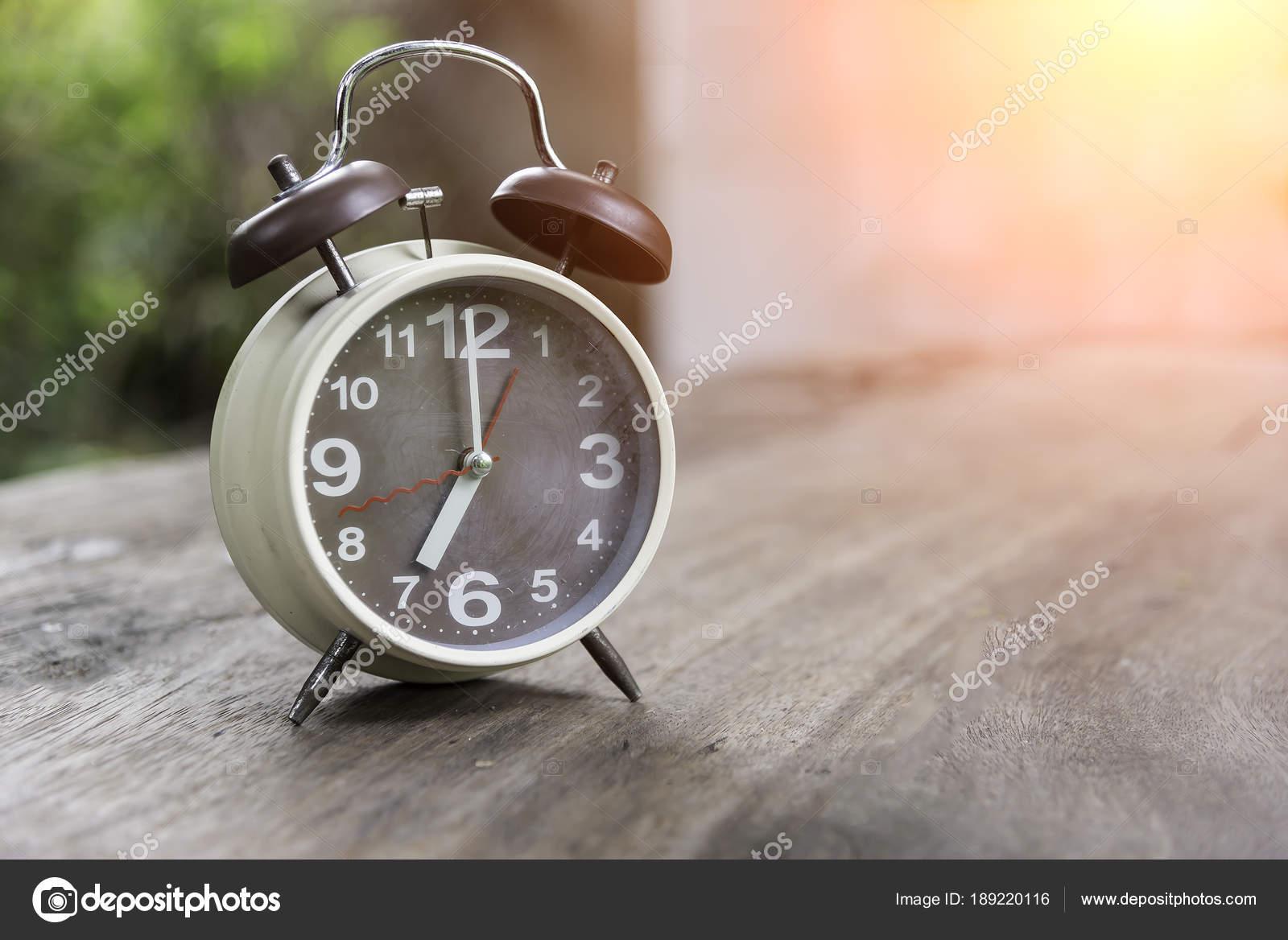 Kinderwekker Met Licht : Klassieke beeld wekker met natuur licht ochtend u stockfoto